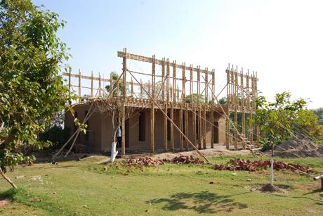Schulgebäude aus Lehm und Bambus