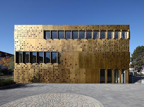 Institutsfassade aus perforierten Messing-Bond-Platten