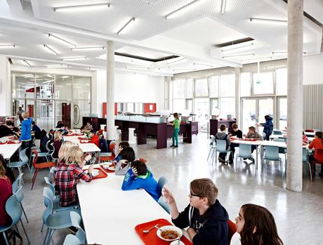 In der Mensa treffen sich die Schüler der beiden benachbarten Schulen zum Mittagessen. Bis zu 700 Essen werden in der Mensa täglich frisch zubereitet.