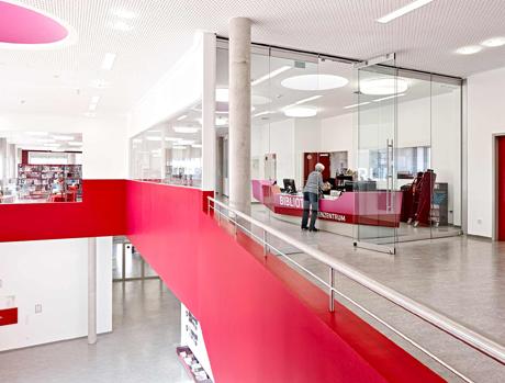 Der speziell entwickelte Tresen markiert den Eingang zur Bibliothek