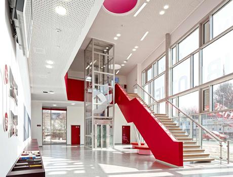 Viel Licht und Transparenz empfängt die Besucher des Medienzentrums. Die rote Brüstung lenkt die Besucher vom Foyer zur Bibliothek