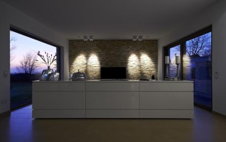 Zentrale Wand im Wohnraum.