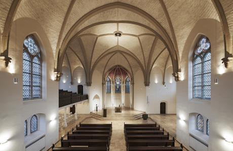 Blick in den Kirchenraum von der Orgelempore. Gewölbeausleuchtung.