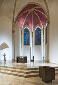 Altarraum mit Uplight zur Akzentuierung der Säulen und Kapitelle.