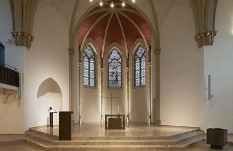 Altarraum mit Bibelstele und Altar, Stehpult und Taufbecken.