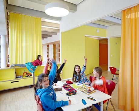 Flur wird zum Raum, Raum wird zum Flur: Vorhänge, bewegliche Möbel und großformatige Türblätter verändern die Raumsituation