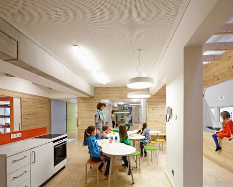 Die zentral angeordnete Küche kann ebenfalls zu allen Seiten geöffnet werden
