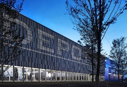 Abendstimmung beleuchteter DEPOT-Schriftzug mit rechtsseitig angrenzendem Kommissionsgebäude.