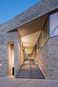 Öffentliche Treppe als Zugang zum Neubau und Durchgang zum Burgkloster