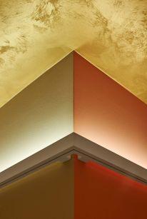 Detail Decken- Wandanschluss mit umgreifendem Wandanbauprofil.