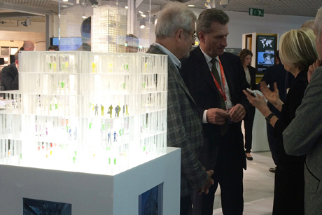 Prof. Christine Nickl-Weller und Prof. Hans Nickl im Gespräch mit EU-Kommissar Günther Oettinger, im Vordergrund das Modell vom Kaiser-Franz-Josef-Spital in Wien