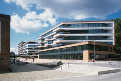 Das Entree öffnet sich elegant in Richtung Große Elbstrasse, Loggien und Balkone zu allen Seiten der Gebäude