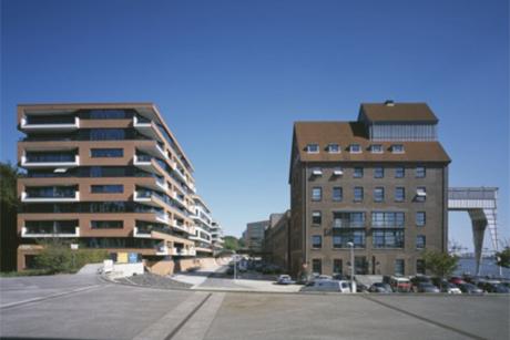 Es ist ein neuer Platz vor den Gebäuden entstanden, der mit einer hohen Aufenthaltsqualität das gesamte Areal aufwertet und eine Verbindung vom Elbdeck zu den Columbia Twins und dem Kaispeicher bildet