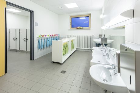 Kita Sanitär: Im Sanitärbereich ist alles auch auf die Kleinsten abgestimmt.