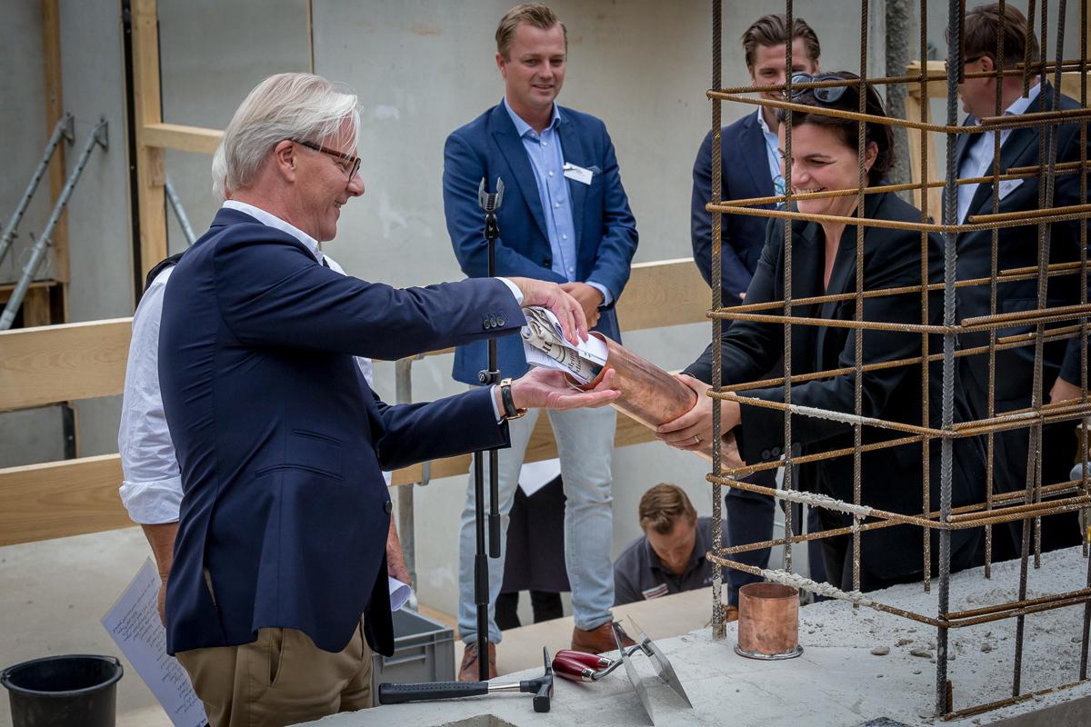 Torsten Koch (BPN) und Jessica Borchardt (BAID Architektur) beim Befüllen der Urne