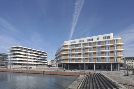 Ensemble mit Hotel The Liberty (re.) und Wohngebäude Good Times (li.) mit gemeinsamer Architektursprache, Foto © Werner Huthmacher, Berlin