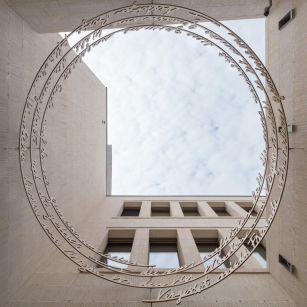 Foto: Ebener, Kunst am Bau: 'Gemeinsam' von Tom Kristen (Gedicht: Rose Ausländer)