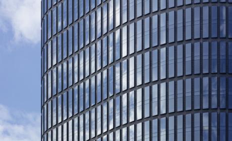 Vertikale Kastenfenster mit horizontalen Zäsuren © Hans-Georg Esch